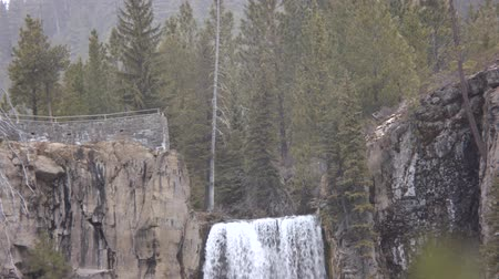 Footage of the top of Tumalo falls in the winter.  A viewpoint on the left, the forest on the right and the falls in the middle. Dostupné videozáznamy