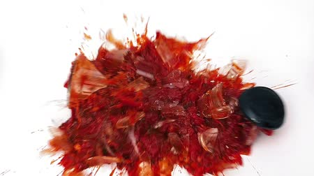 nepořádek : Slow motion - Glass jar of tomato sauce falls to the floor and smashes on   white surface