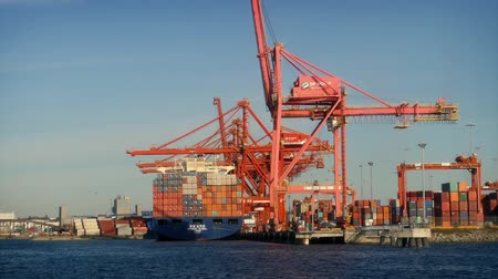 運輸 : Passing Cranes and Shipping Containers at Shipyard