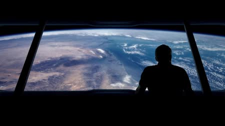 yörünge : Astronaut Looks Out At Earth From Orbit