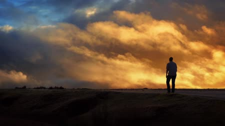 horizont : Man Walks Across Horizon With Moving Sunset Sky Stock mozgókép