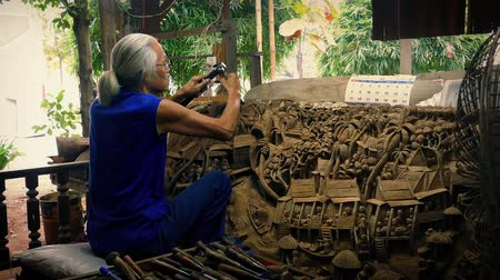 oyma : Old Man Carving Amazing Illustration Into Wood