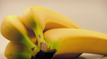 muz : Banana Bunch Rotating On White Stok Video