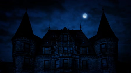 houten huis : Gothic Mansion House At Night
