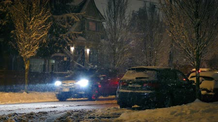 hóvihar : Cars Drive Through Suburbs In Snowfall Stock mozgókép