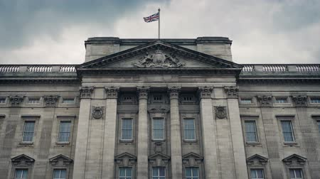 buckingham palace : Buckingham Palace Front With Flag Blowing Stock Footage