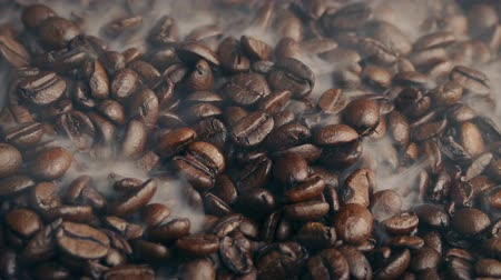 кофе : Steam Rushes Over Coffee Beans Стоковые видеозаписи