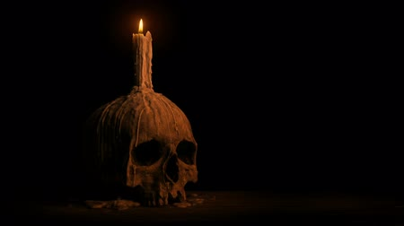 гот : Skull With Melted Candle Burning In The Dark