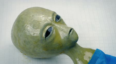 alienígena : Slimy Alien Uncovered On Lab Table