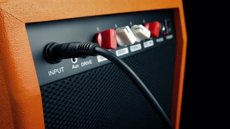 громкоговорители : Passing Amp Speaker With Cable Plugged In
