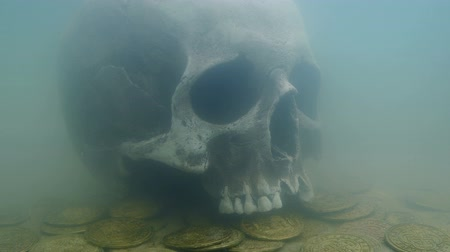 мифический : Old Skull And Coins On Sea Floor