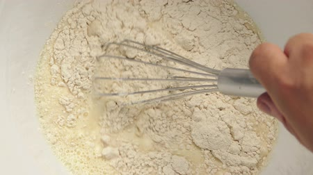 кухонная посуда : Hand Whisking Flour Mixture In Bowl