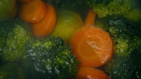 brócolis : Vegetables Cooking In Steaming Water Stock Footage