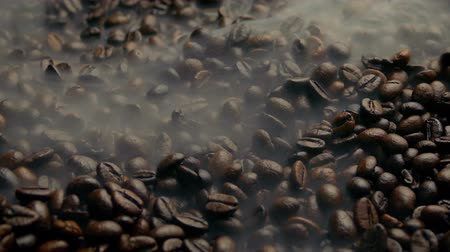 дымный : Hot Roasted Coffee Beans Steaming Стоковые видеозаписи
