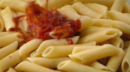 molho de tomate : Steaming Hot Tomato Sauce Pours On Pasta