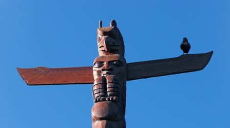 племенной : Bird Totem Pole With Crow On It