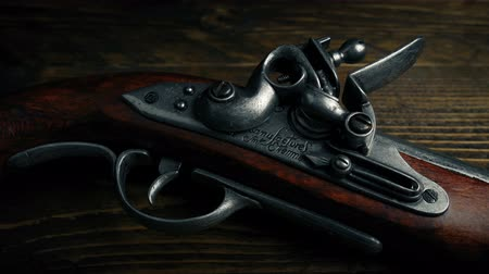 silahlar : Flintlock Pistol On Wooden Table Stok Video