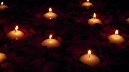 джакузи : Candles And Rose Petals Floating In Spa