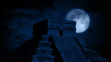 azték : Full Moon Behind Aztec Temple
