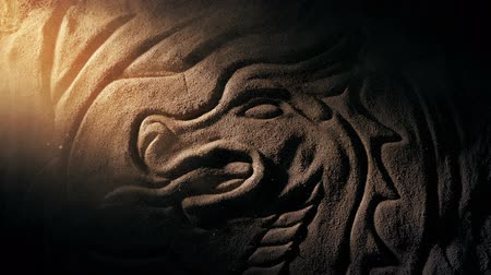Sunbeam verlicht Dragon Carving With Swirling Dust Stockvideo
