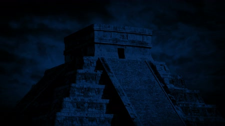 pohanský : Mayan Temple At Night