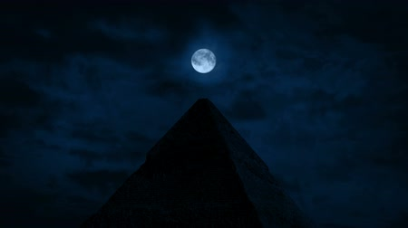 mytický : Moon Directly Over The Pyramid Top