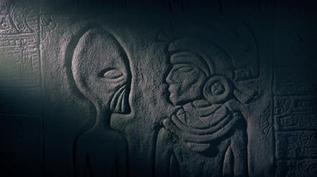 azték : Alien And Mayan Priest Wall Art In Dusty Tomb Stock mozgókép