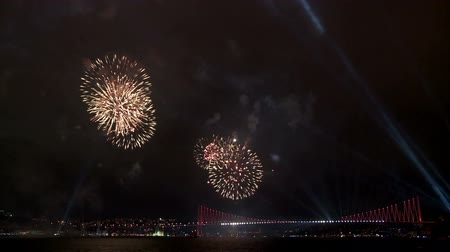 Spectacular fireworks and light show over suspension bridge. Full HD, 1080p, 30fps. Dostupné videozáznamy
