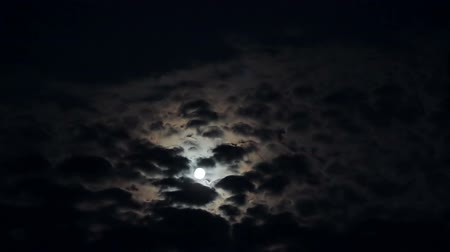 глубоко : Full moon in clouds at night timelapse Стоковые видеозаписи