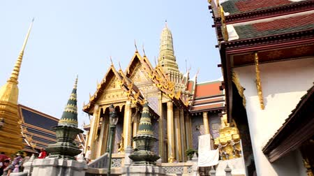saray : Grand palace, Wat pra kaew with blue sky, bangkok, Thailand Stok Video