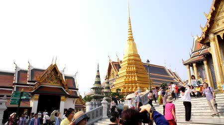 kaew : Tourist at Grand palace, Wat pra kaew with blue sky, bangkok, Thailand