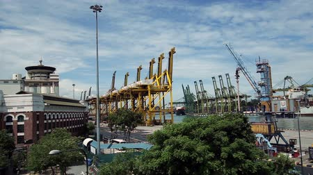 перевозка груза : Singapore commercial port . Its the worlds busiest port in terms of total shipping tonnage