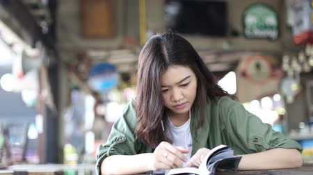 tablo : Beautiful asian woman reading book on table at shop