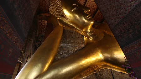 pozlacený : Ancient of golden reclining buddhist statue religion concept