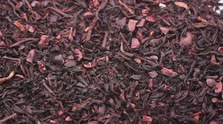 kamilla : A mixture of black and green tea with coffee beans to prepare a tonic drink. Dry tea mass lies on a white background. Close-up Stock mozgókép