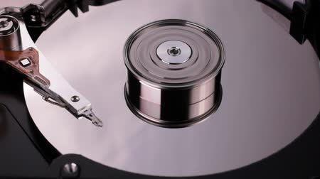 байт : Hard Disk Drive inside. Starting rotation of the media disc and moving the magnetic head. Close-up