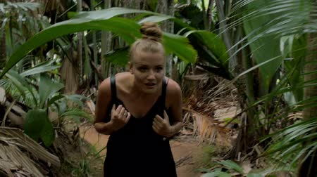 opalenizna : Woman walking through high grass in exotic jungle. Wideo