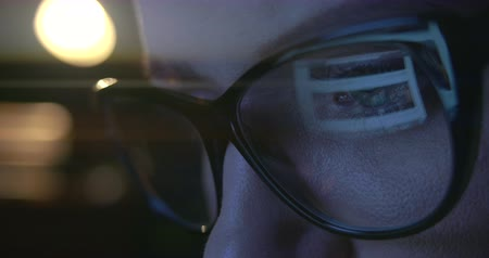 yansıma : Close up of a womans eyes in glasses surfing on the Internet. Stok Video
