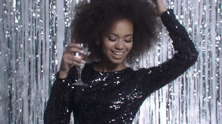 šampaňské : Sexy woman holding champagne over glitter background and dancing.