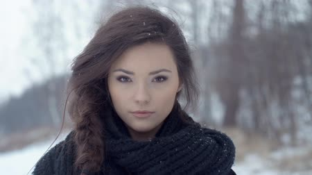 sniezynka : Stylish fashion portrait. Outdoor winter portrait of young brunette over snowy background. Wideo