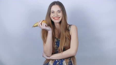 nutrição : Young healthy young woman holding up and eating a fresh pear. Concept of healthy eating, dieting and nutrition.
