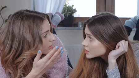 rachotit : Two beautiful girls talking while lying on bed. Dostupné videozáznamy
