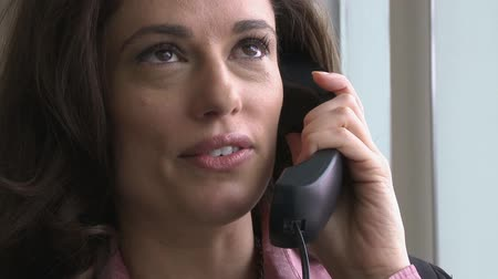 falar : A female professional in her 30s has a phone conversation. Stock Footage