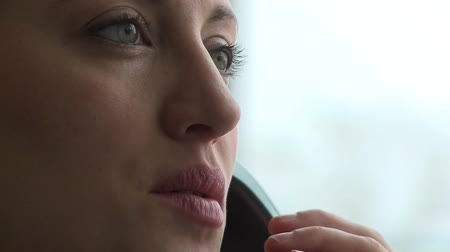 discutir : Closeup of a female in her early 30s having a phone conversation.