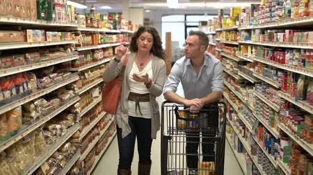 bolsa : Married couple shopping for groceries