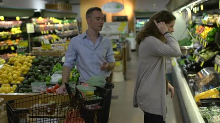 tápláló : Husband and wife in a grocery store