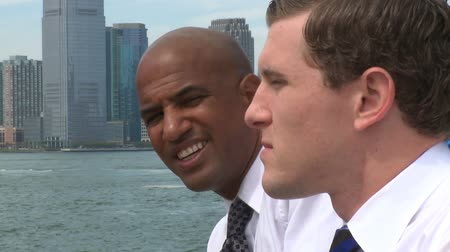 argumento : Two young professionals have an informal conversation at the waterfront.