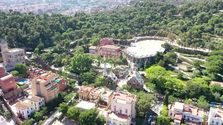 Vliegende drone over Park Guell in Barcelona | 4k
