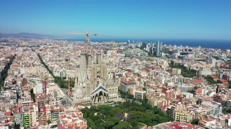 Барселона : Flying with Drone over Cathedral Sagrada Familia at City Barcelona | 4k Стоковые видеозаписи