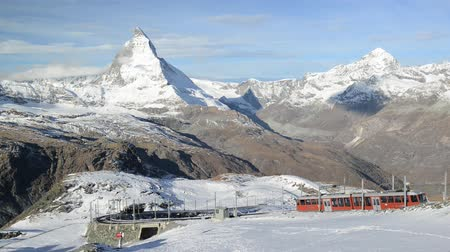 švýcarský : Stunning View Of Matterhorn In Swiss Alps. Shot from the Zermatt side on a beautifully clear day in full HD